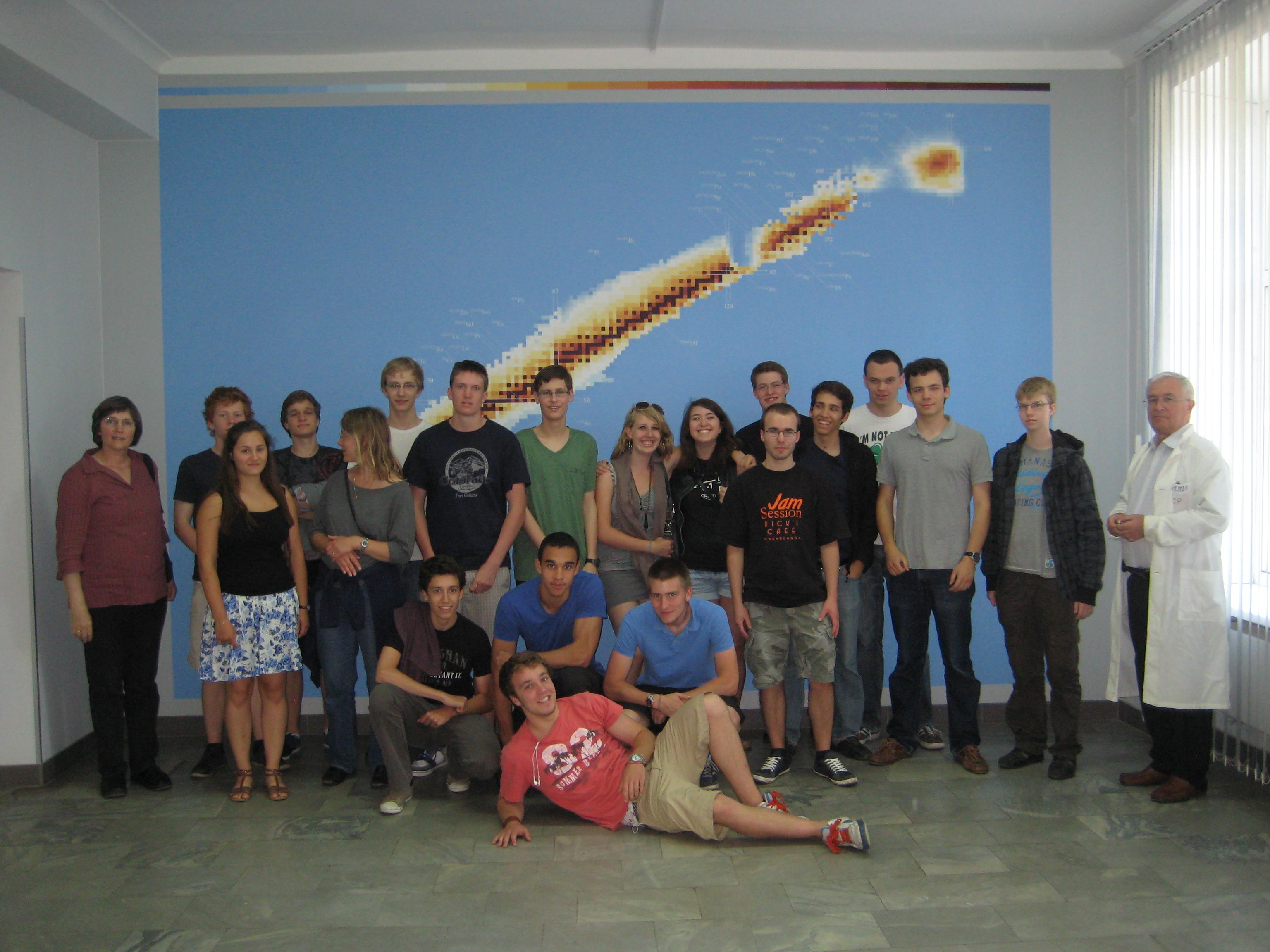 Der Physik-Leistungskurs 2011 im Joint Institute for Nuclear Research (JINR) in Dubna/Russland vor der Nuklidkarte mit der Insel der Stabilität. Hier, im Institut für Schwerionen-Physik, wurde das Element Dubnium synthetisiert.